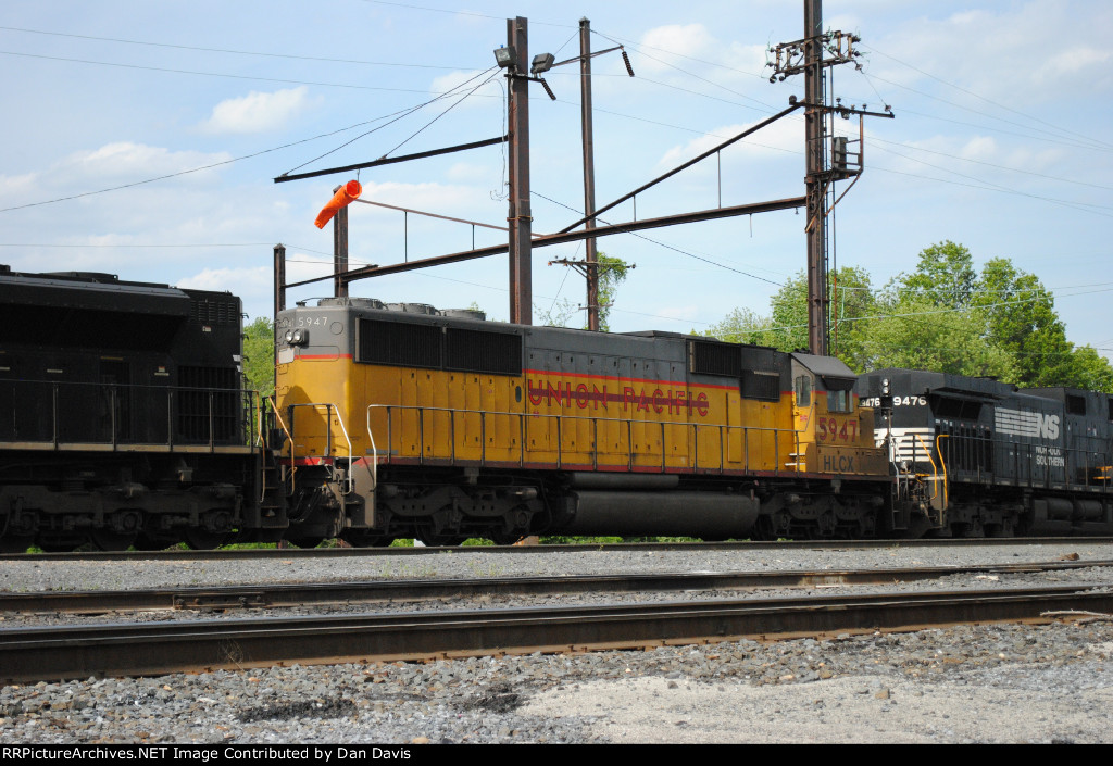 HLCX 5947 on a lite engine consist