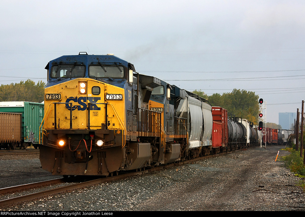 CSX 7913 leads Y321 into the yard