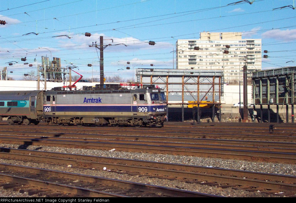 AMTK AEM7 909 pulls in to 30th Street Station.  2/2/2002