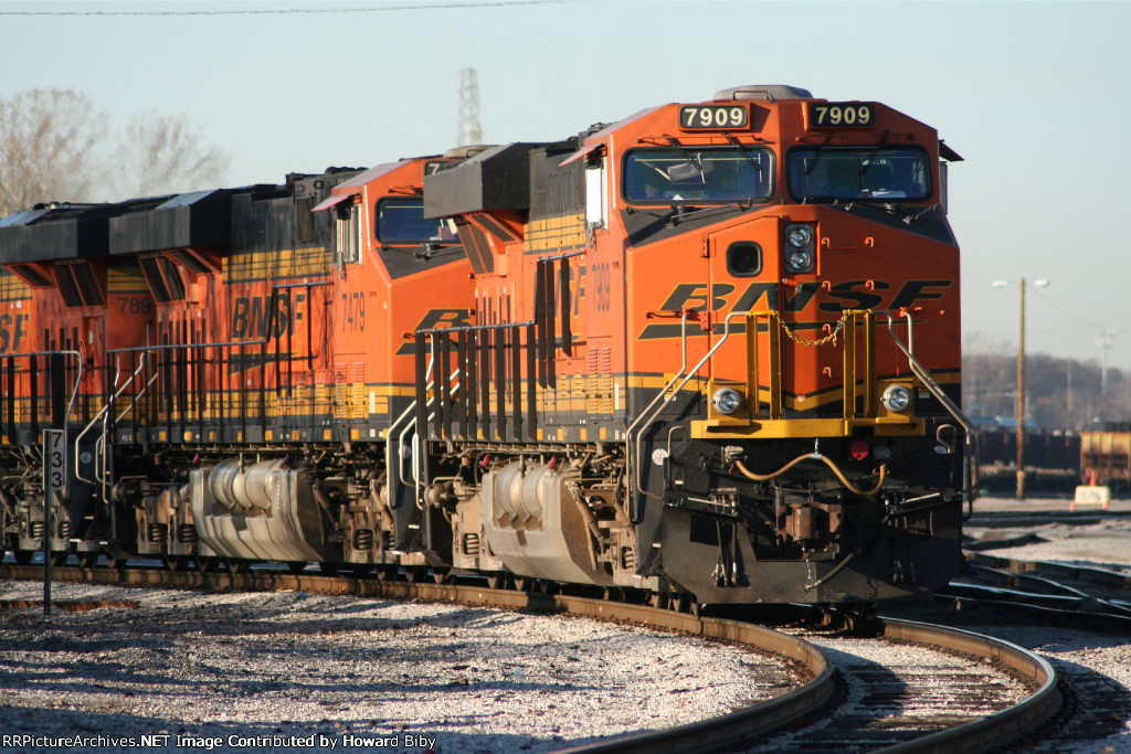 BNSF 7909 wait for a crew
