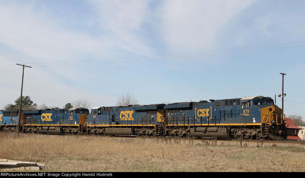 CSX 979 leads train Q471-21 towards the yard
