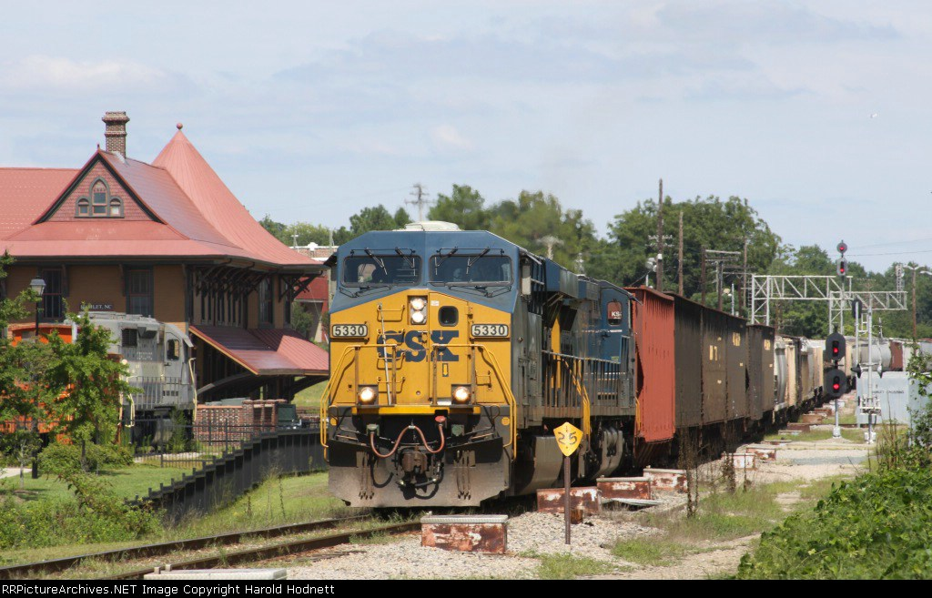 CSX 5330 leads train Q463-02 south past the station