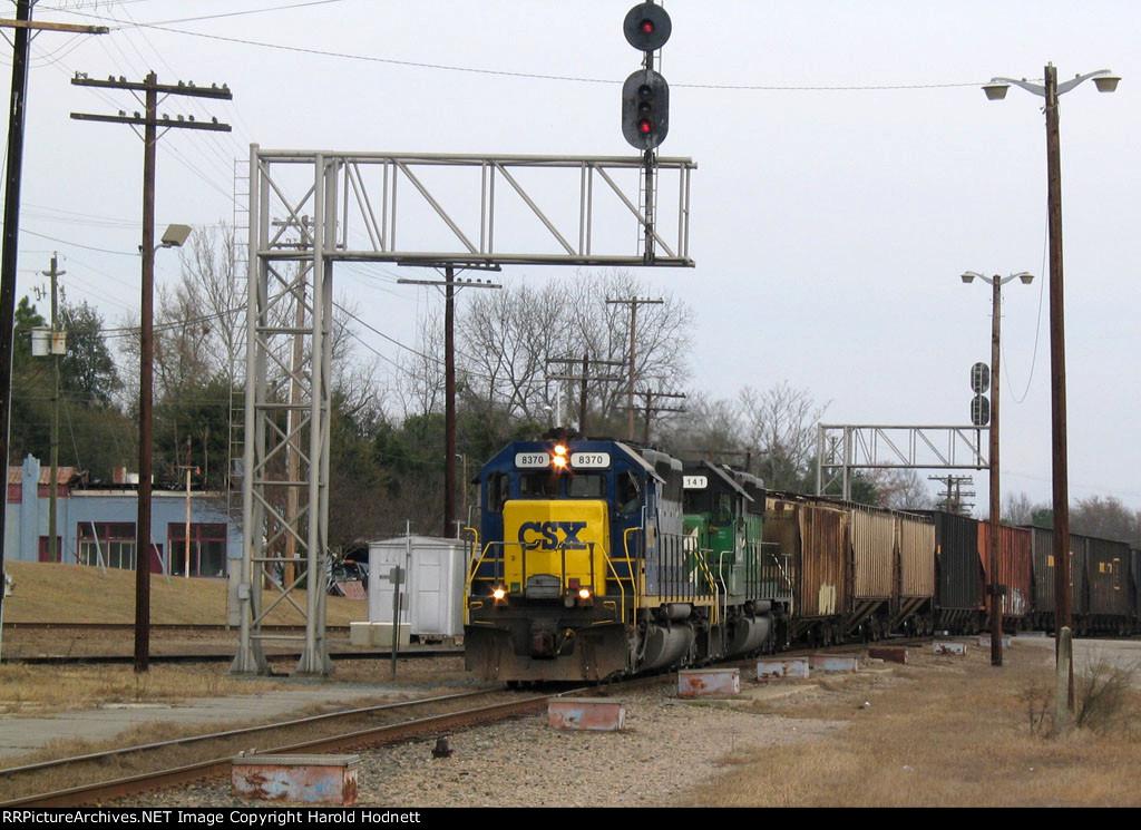 CSX 8370 leads train Q463 southbound