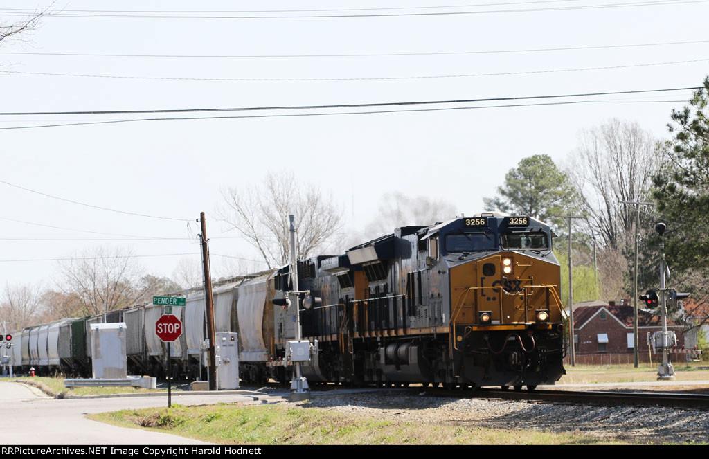 CSX 3256 leads train F728 towards the yard