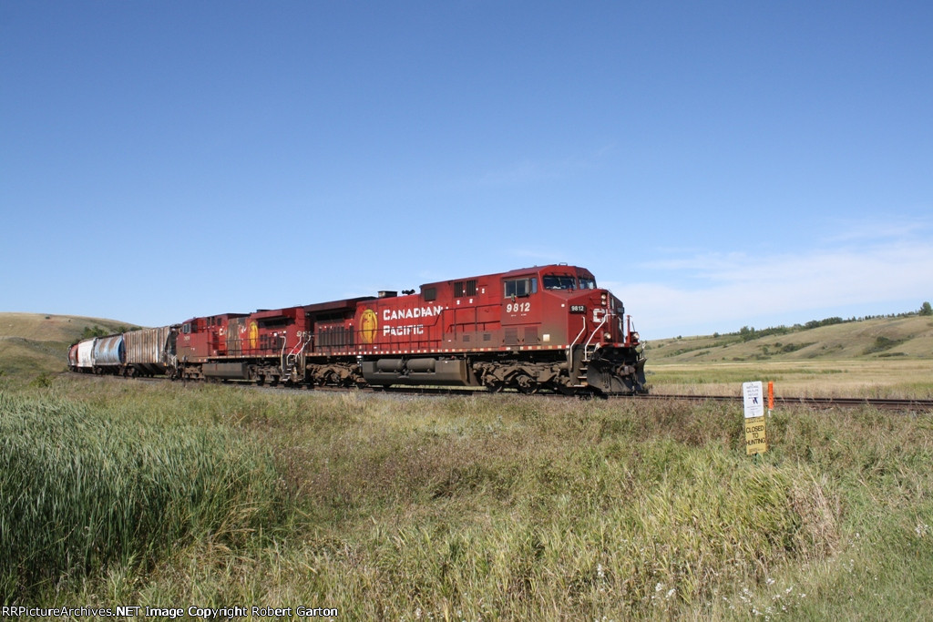 A Dirty GE and a Burnt GE Lead a Grain Train East on the Portal Sub