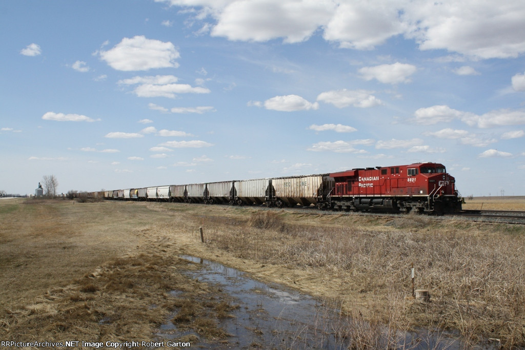 CP 8821 Idles with its Consist