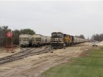 GDLK700 sits in front of the first of 3 tracks its grain train is split into