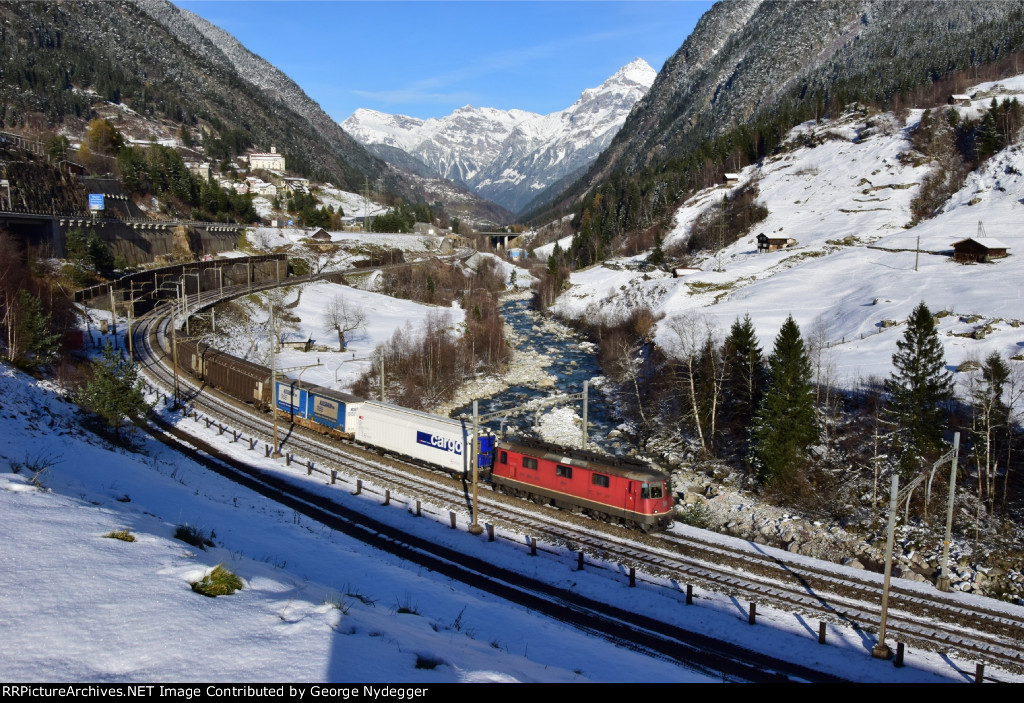 Swiss federal Railways SBB: A short freight train on the Gotthard route