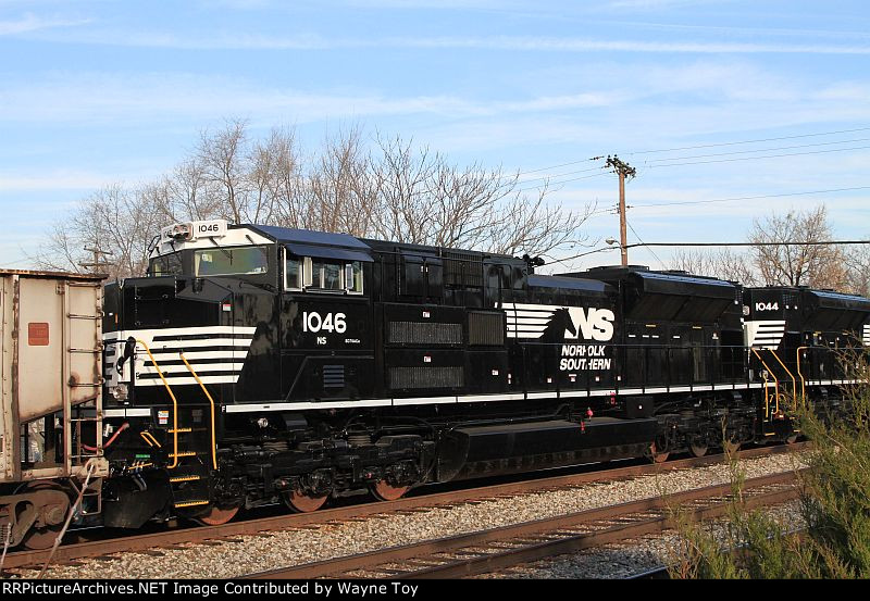Brand new NS 1046 SD70ACe on CSXT train U883