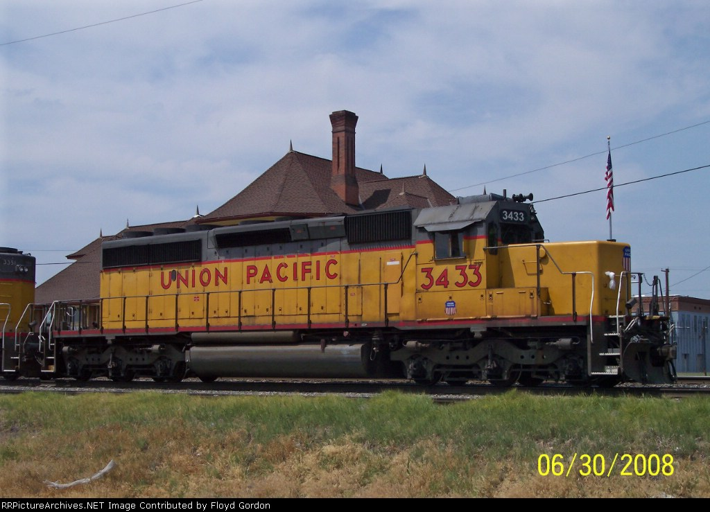 UP 3433 on UP local 41 waits on siding
