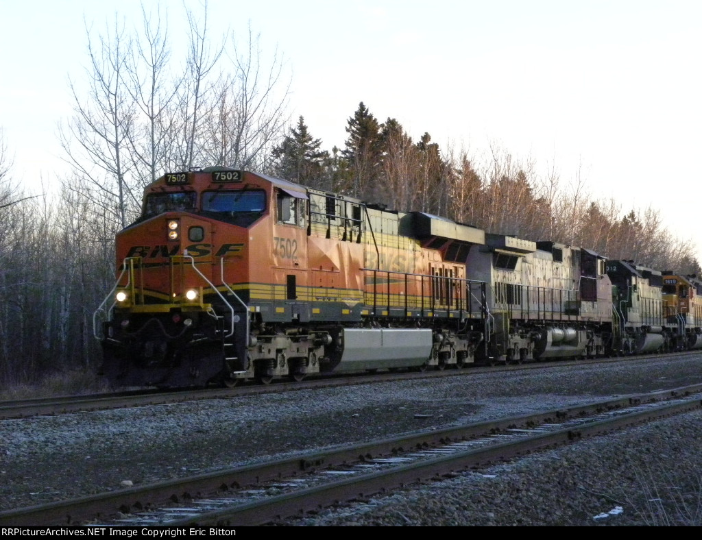 BNSF 7502 South at sunrise