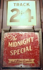GM&O MIDNIGHT SPECIAL-THE ALTON ROUTE TRAIN SIGN CHGO UN STATION 12-68
