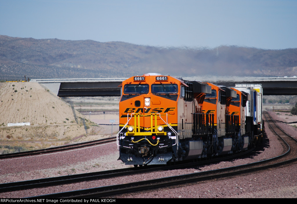 BNSF 6661 Leads two other Very Very Brand New ES44C4's (BNSF 6662 and BNSF 6667) as she pulls a Hot Chicago Z westward towards Los Angeles, CA.