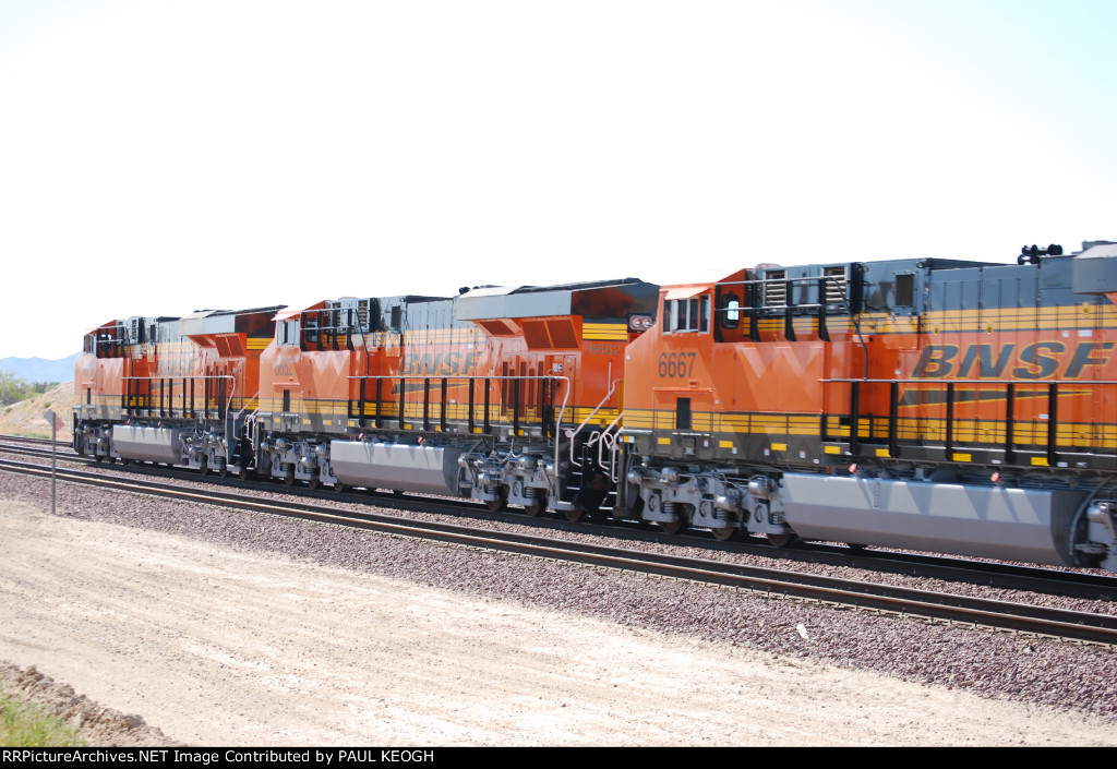 Almost got all 3 ES44C4's in the shot as they pass me by (BNSF 6661/BNSF 6662/BNSF 6667)