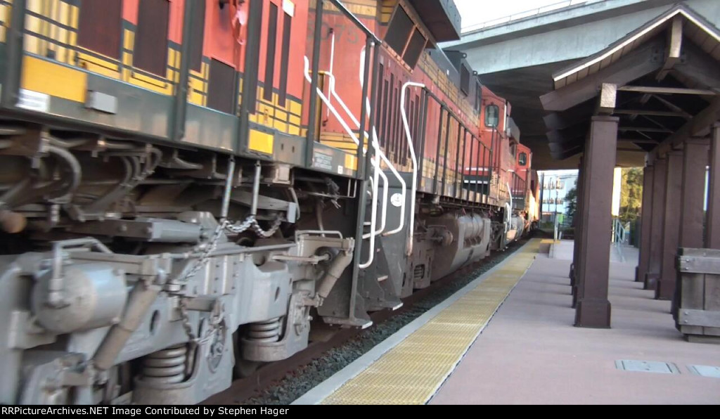 BNSF 4559 comes to a stop