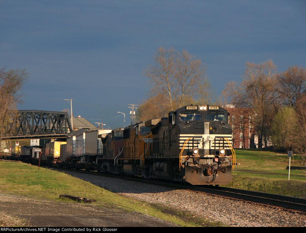 Eastbound NS20E @ 0717 hrs With SP Having UP Patch In Consist