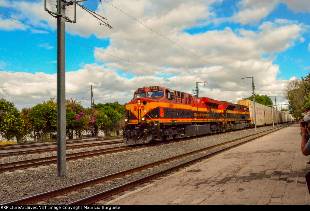 KCSM GEVO and SD70ACe heading northbound