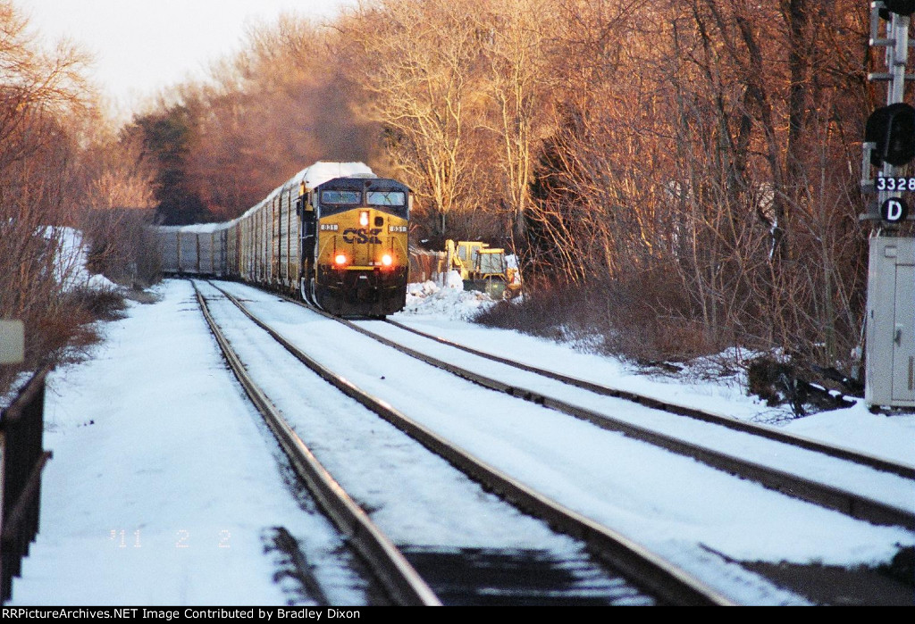 CSX 831 coming to signal