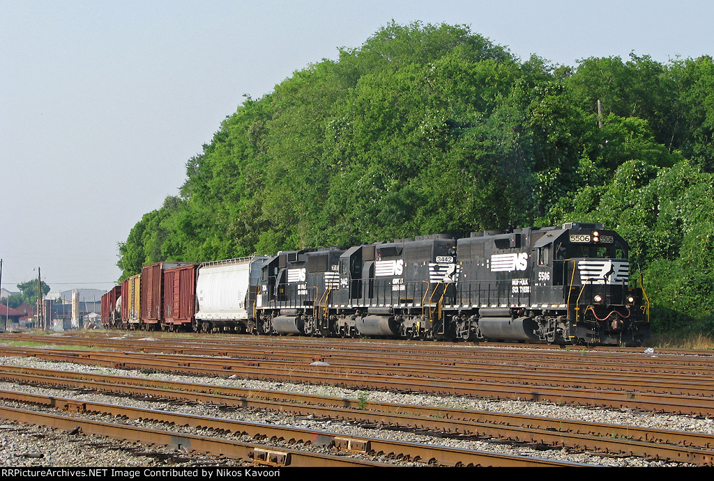 NS 5506 leading G99 into the yard