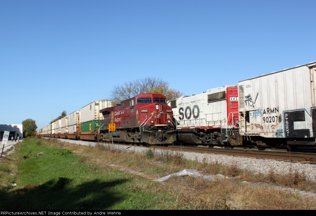Eastbound intermodal 198 meets G67 on the fly