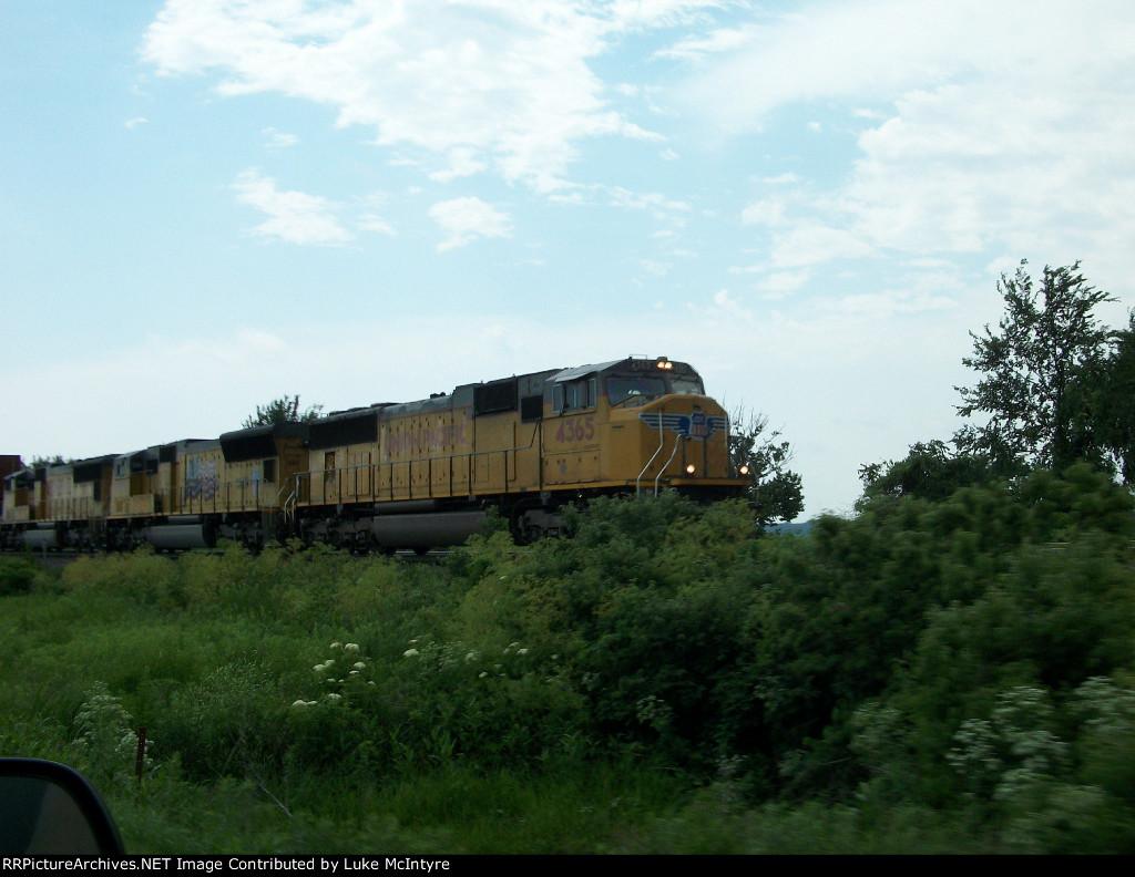 UP 4365 westbound UP intermodal train