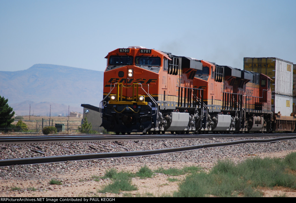 BNSF 6701 with her sister C4 BNSF 6700 behind her roll west with a Hot Z/\.