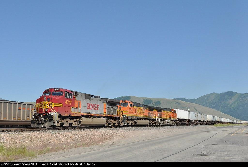BNSF 4717 Z-Train