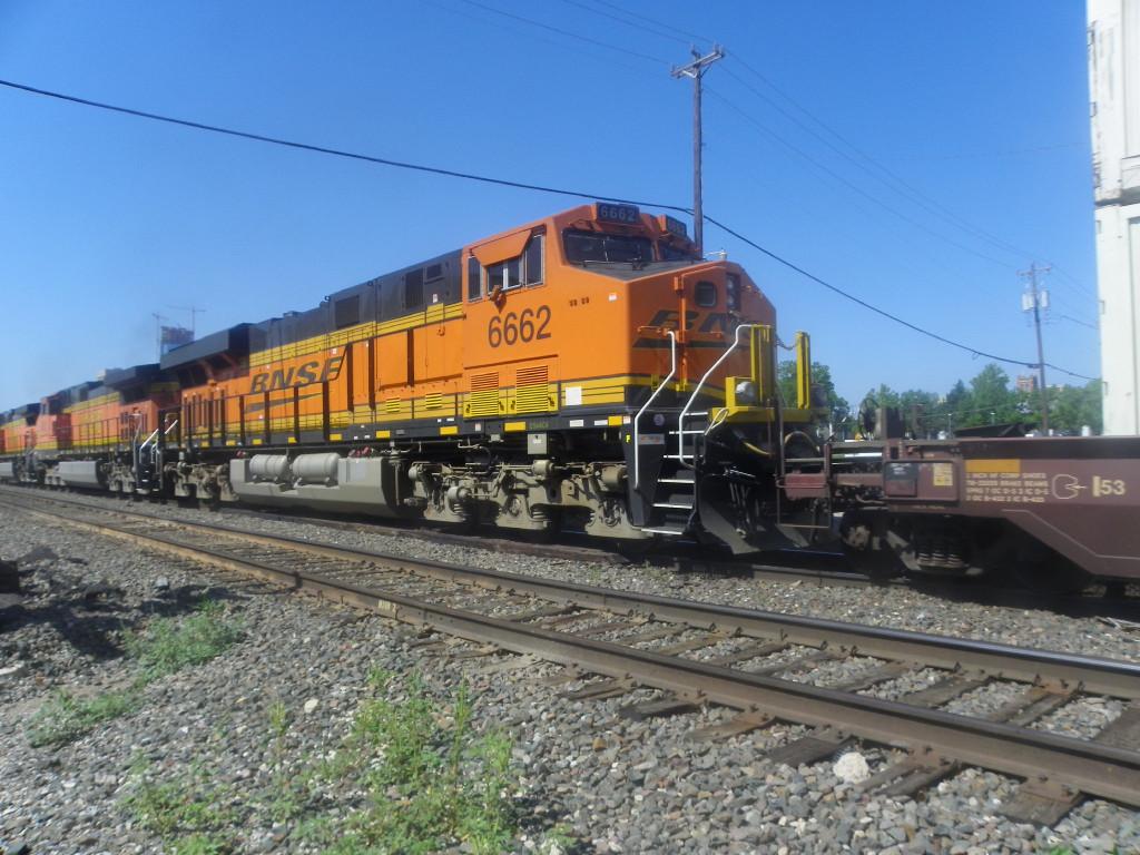 BNSF ES44C4 6662