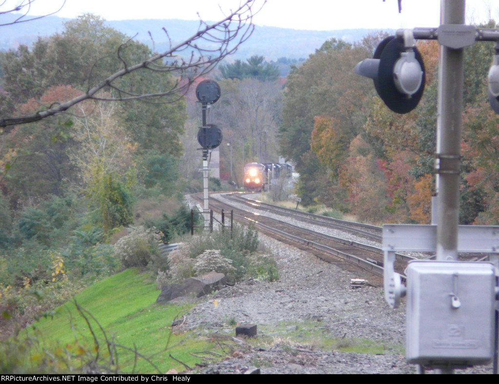 CSX Q008 comes around the curve in Nyack