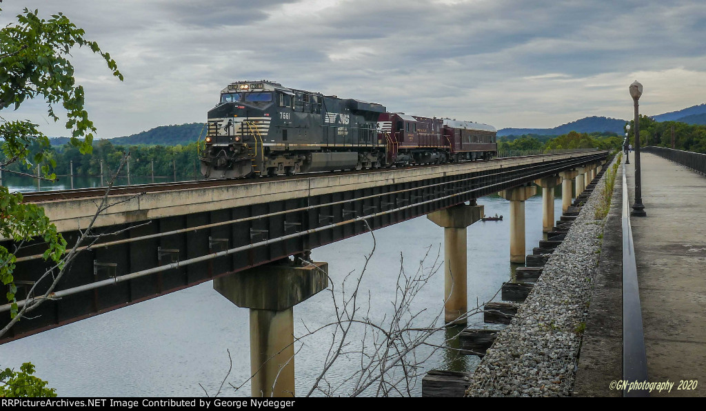 NS 7661 leads a research train across the Tennessee river