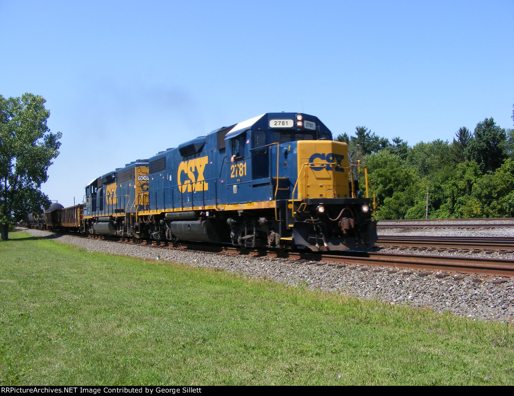 CSX 2781 with CSX 6083 leads local D752 eastbound through Berea.