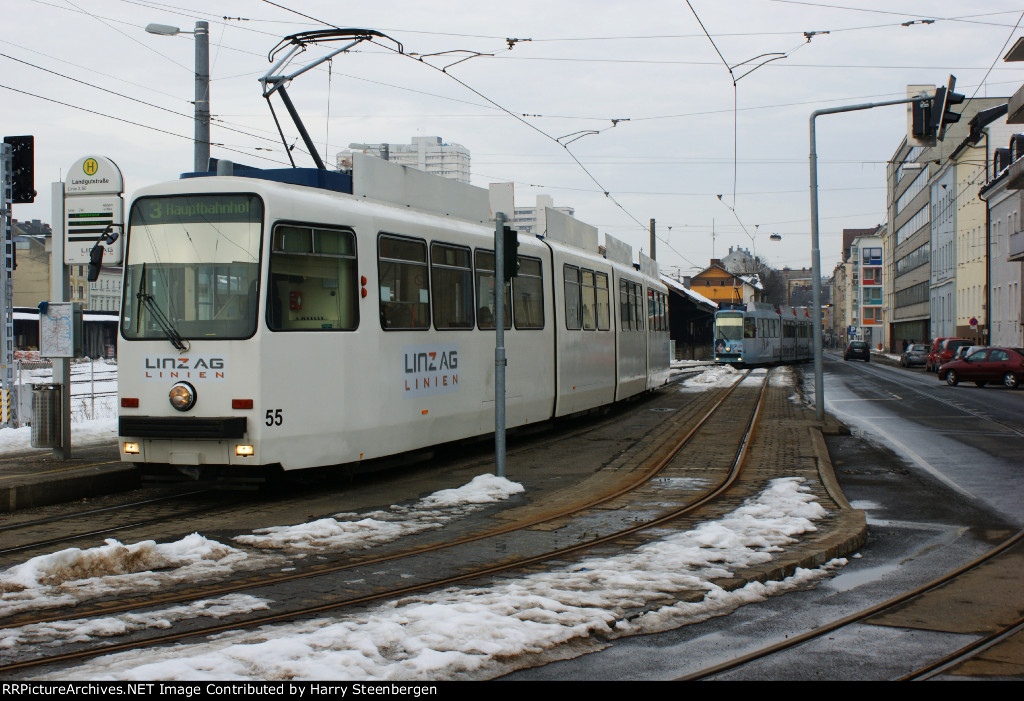 Local tram by the trainstation : Bahnhof Linz Urfahr