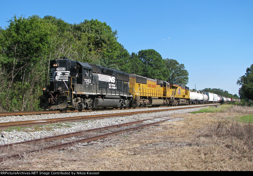 NS 187 highballing through Vincent with a rare GP50 leader