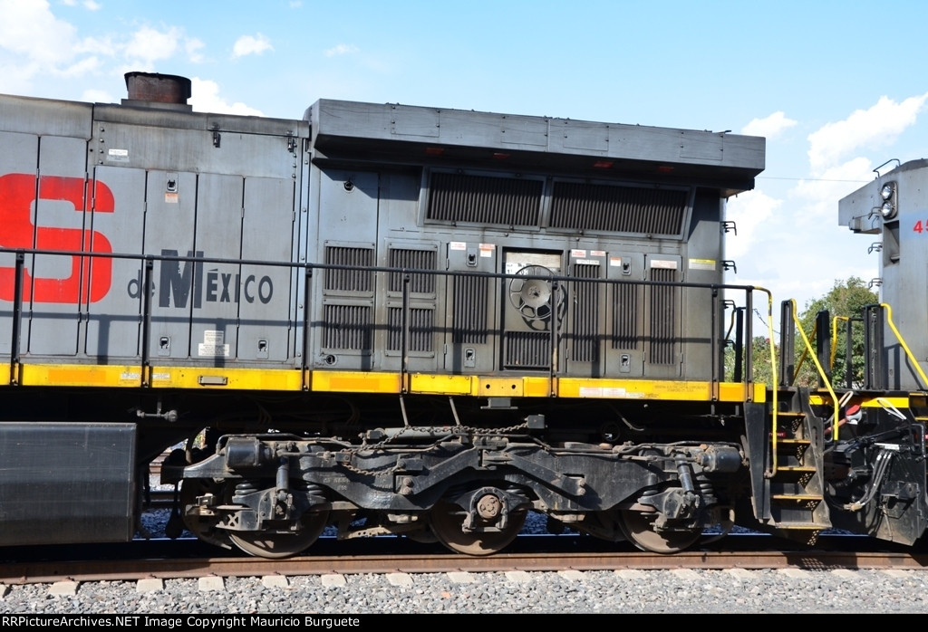 KCSM AC44 Gray scheme detail at Queretaro Station
