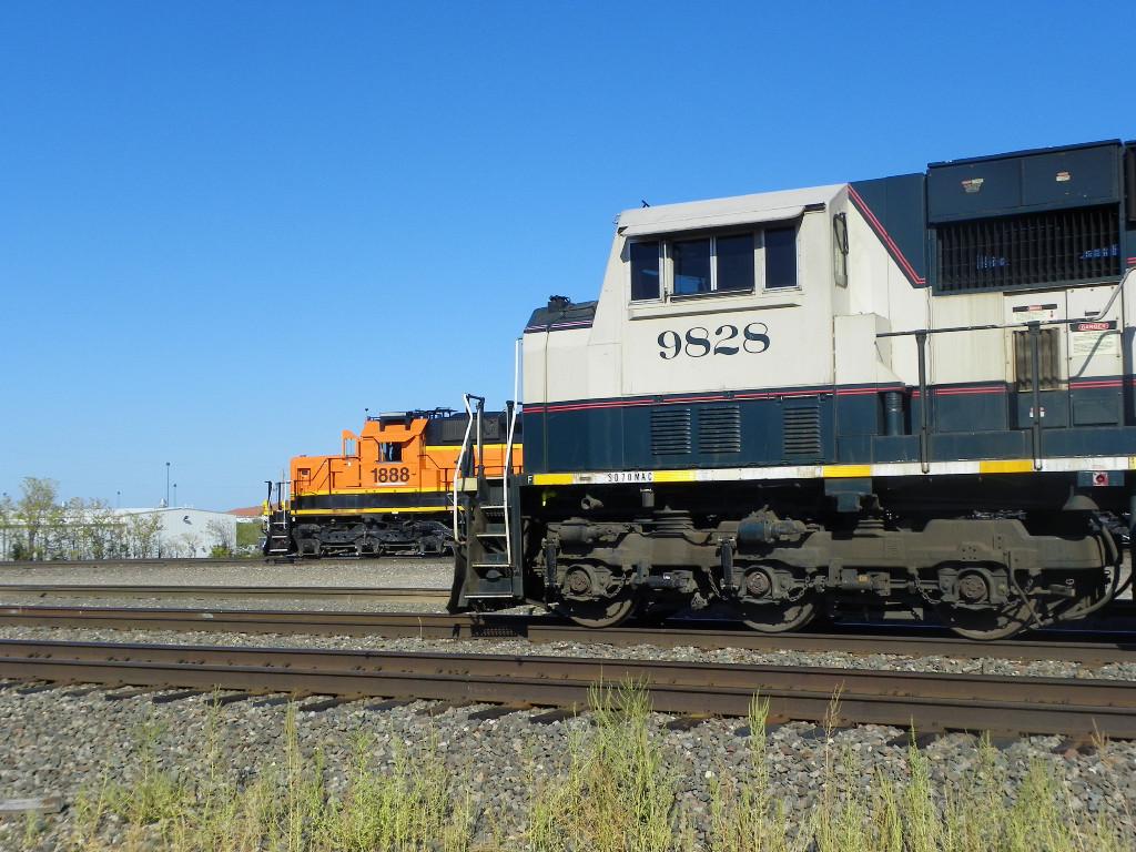 BNSF SD70MAC 9828 & BNSF SD40-2 1888