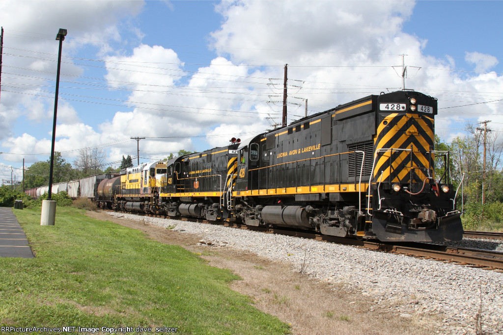The LAL road freight has picked up WNYP C430 #433 from the RSR interchange. The unit received some attention from the shops at Olean, NY but is still not operational. The WNYP dropped it off at Hornell, NY where NS train 37T picked it up and took it to Bu