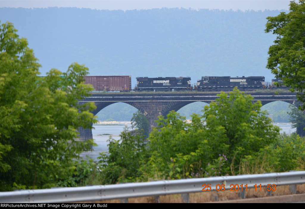 NORFOLK SOUTHERN GP38-2 5157 AND D9-40CW 9231