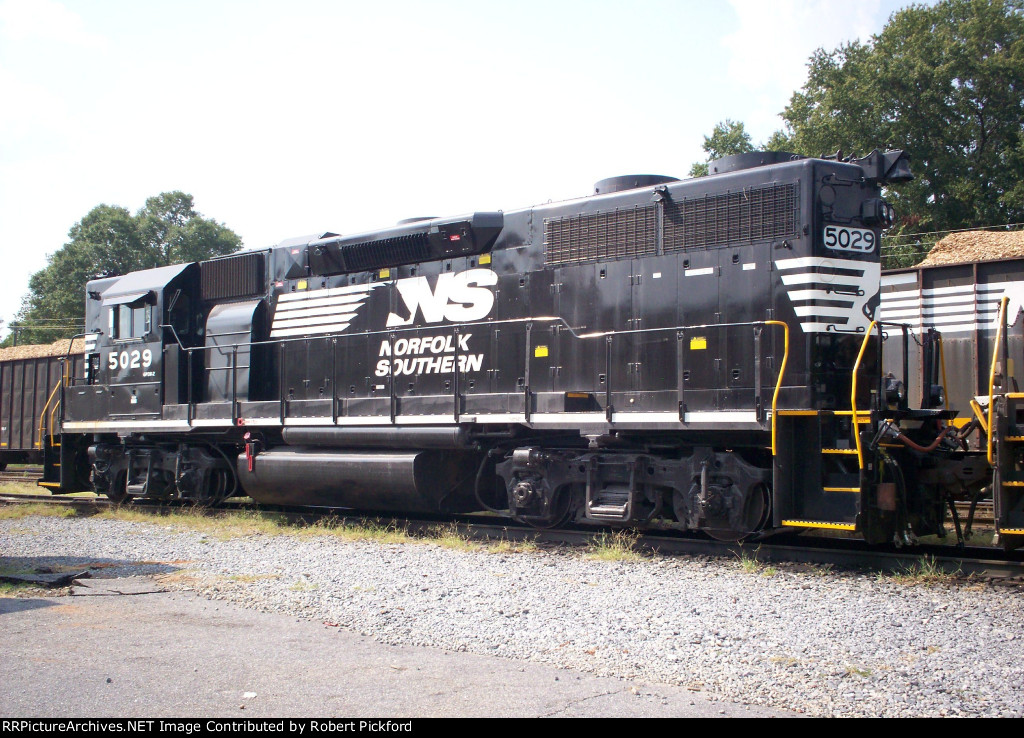 NS 3073 (GP40-2) AND 935 (RP-E4D)