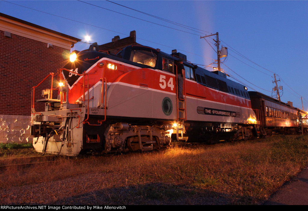 Night shot of the EMD BL2