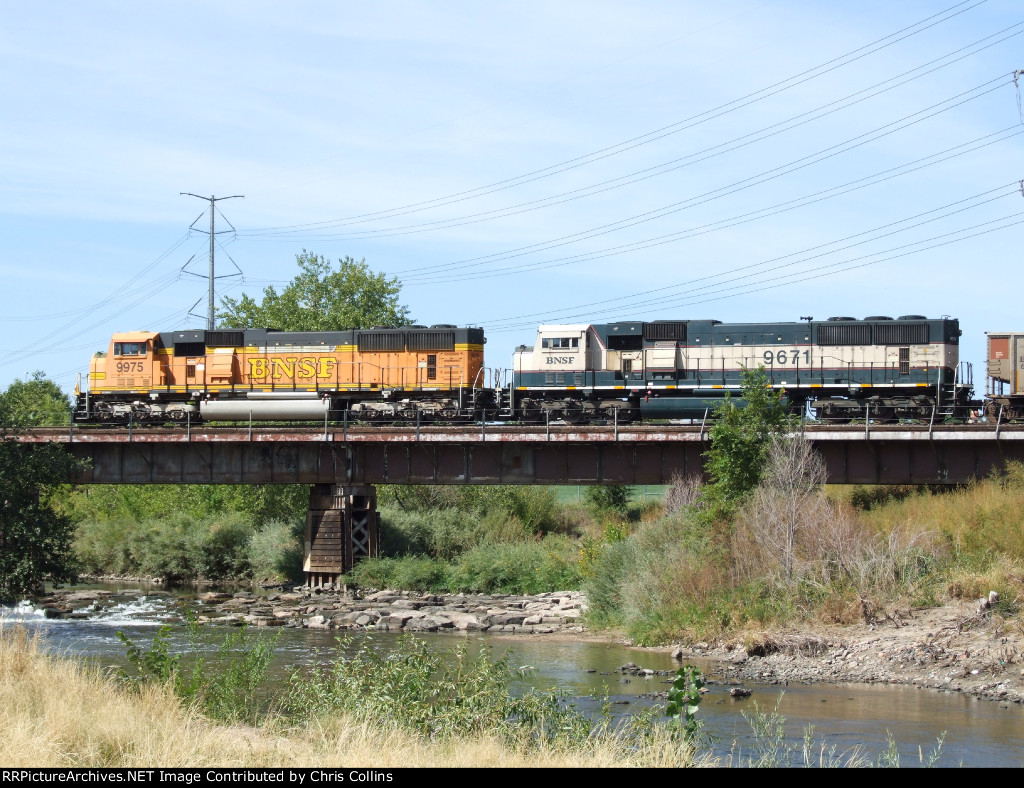 BNSF 9975 and BNSF 9671
