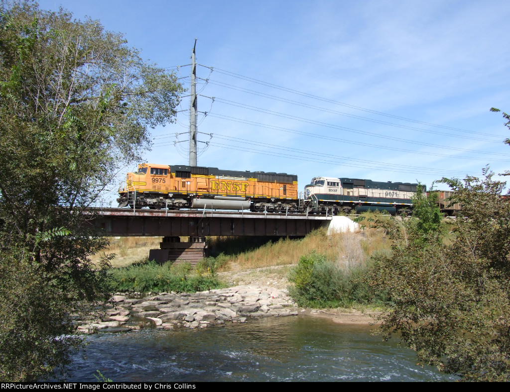 BNSF 9975 and BNSF 9671