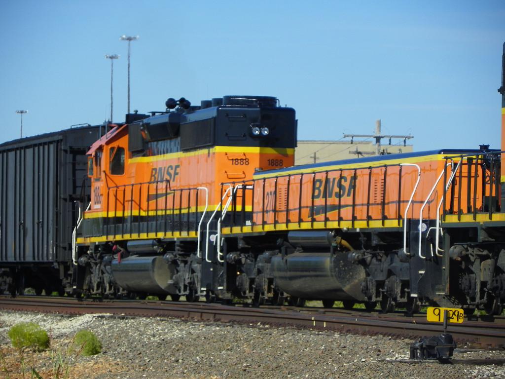 BNSF SD40-2 1888 & BNSF SLUG 270