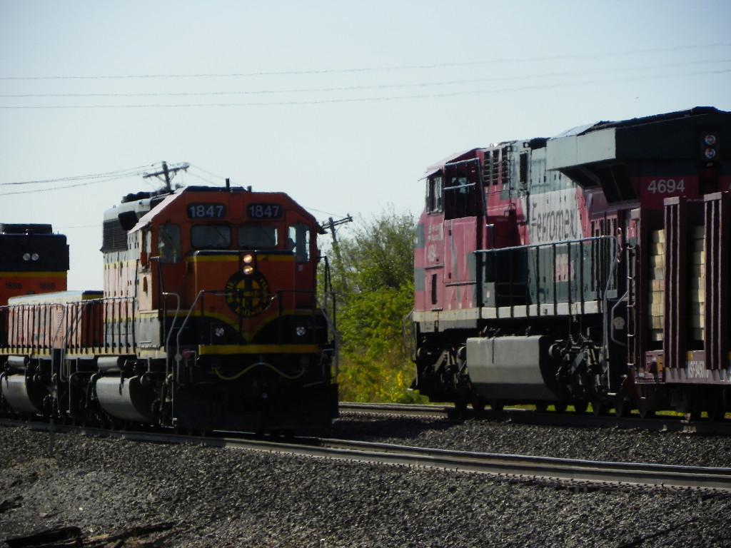 FXE ES44AC 4694 & BNSF SD40-2 1847