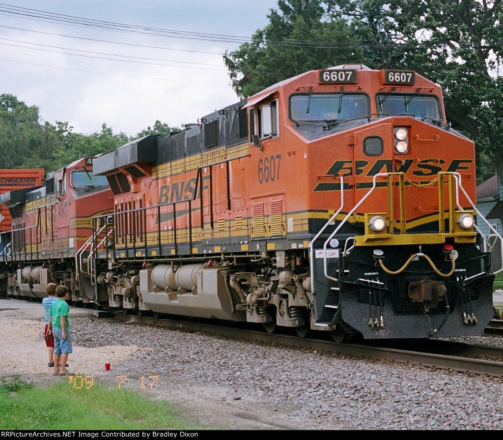 Two boy wacth BNSF 6607 and 4540 going by