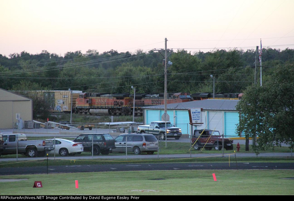 BNSF 7543 pullin an oldie as the 2nd manifest of the night rolls through