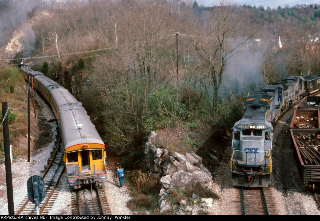 CSX 7583 and UP 3985 train