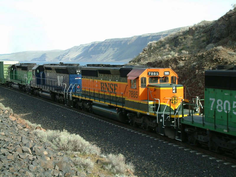 BNSF 7885 and MRL 322