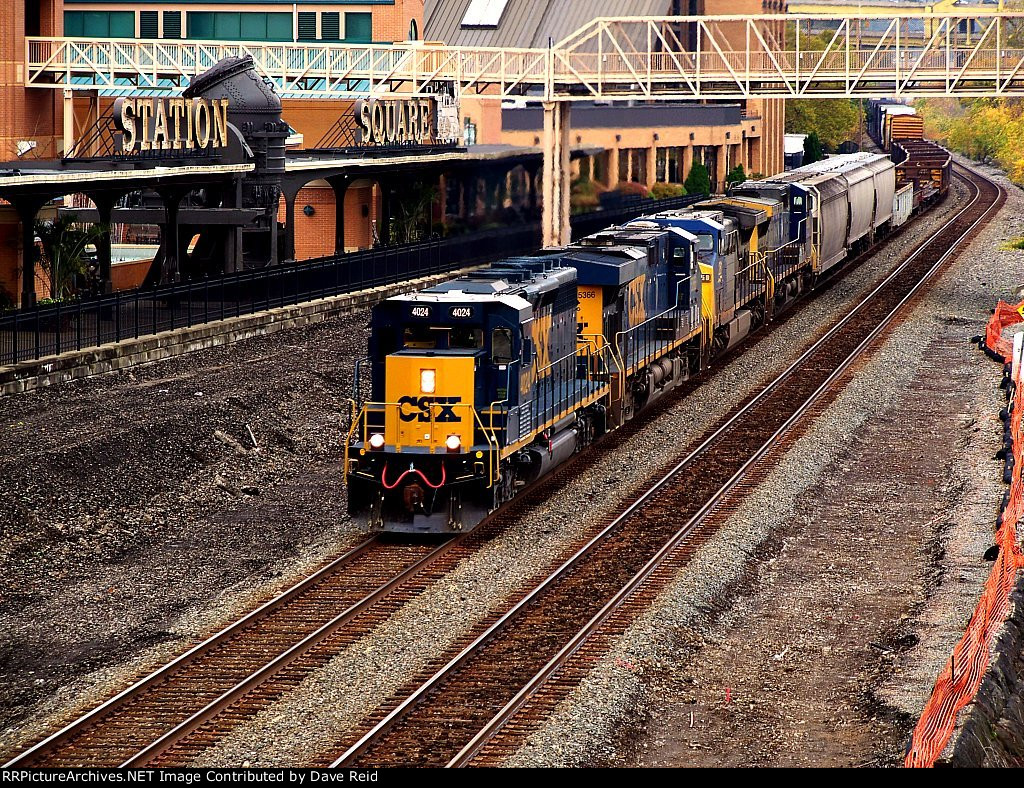 CSX 4024 rolls through Station Square