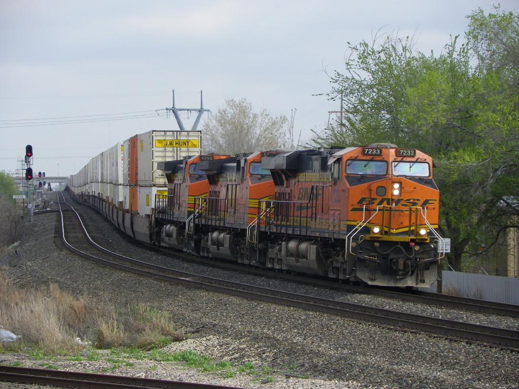 BNSF ES44DC 7233