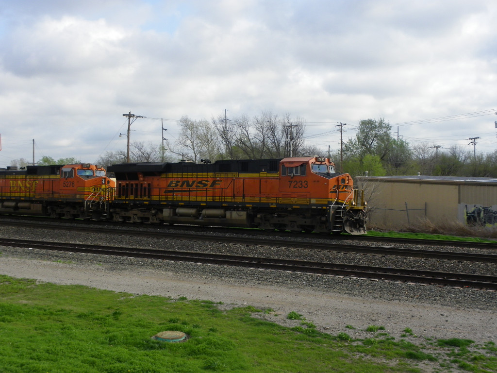 BNSF ES44DC 7233 & BNSF C44-9W 5276